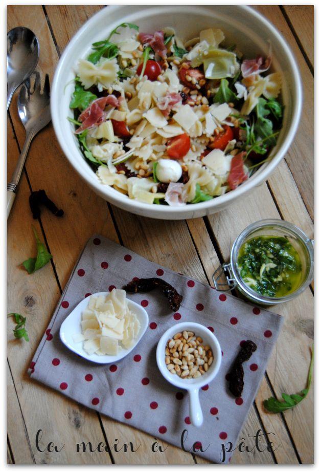 Salade composée à base de pâtes, jambon cru italien, tomates cerises, tomates séchées, mozzarella, parmesan, pignons de pin