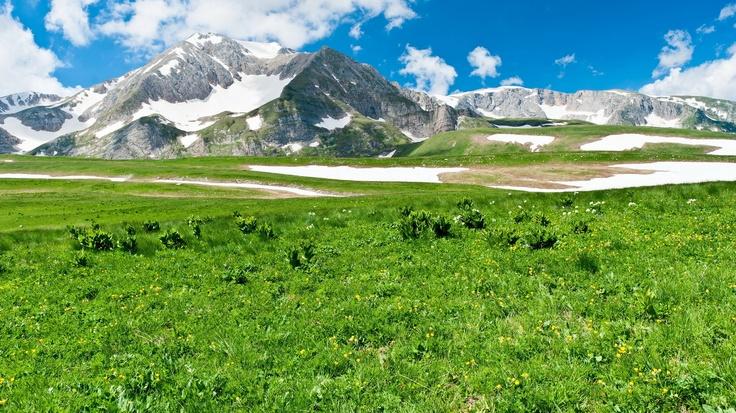 Montagne; paesaggio; natura, bellezza; neve; erba; cielo; nuvole, natura.