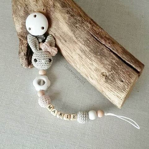 Guten Morgen und einen tollen Start in die neue Woche wünsche ich euch, ihr Lieben! ☀ ...und dann gabs da doch die passende Schnullerkette zur letzten Kinderwagenkette . @ines_st_  #häkeln #crochet #schnullerkette #baby2017 #tina_empunkt #handarbeit #wasbesonderes #teamrosa #hase