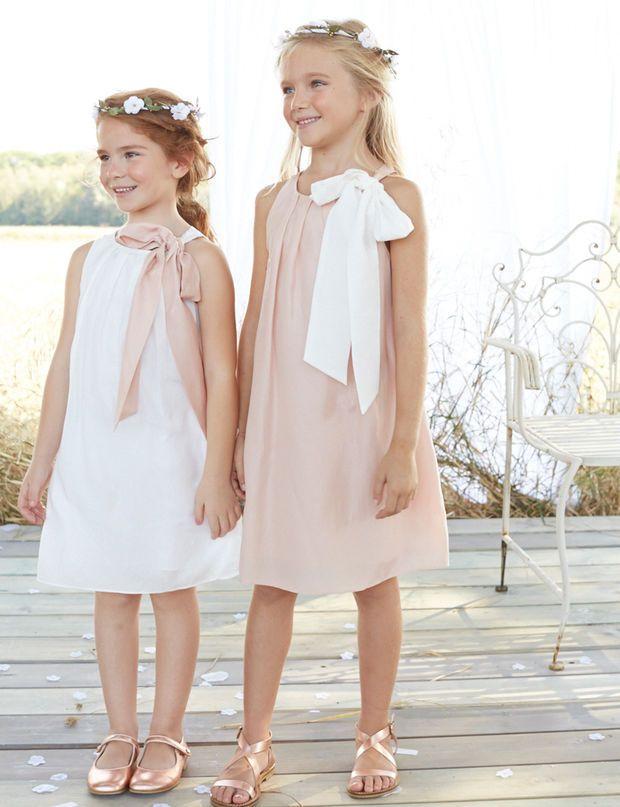 Sobre Une robe vaporeuse à plis, mi coton mi soie (dès 55 €), disponible en blanc ou rose pâle. On l'accessoirise avec un noeud amovible (9.90 €). Sur www.cyrillus.fr