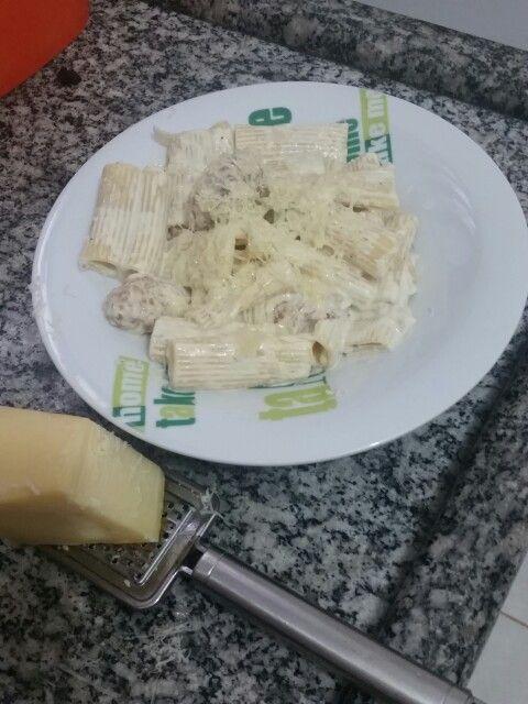 Pasta com molho de queijo e frango