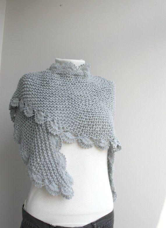 Deze mooie gebreide sjaal is perfect voor het veranderende weer, en leuk om te dragen het hele seizoen lang zal worden.  Deze kap is gezellig en stijlvol. Het s zeer zacht en warm.  Het is gemakkelijk aan het toeval rond voor veel verschillende looks en stijlen.  Een maat past iedereen  Als u geïnteresseerd in een bepaalde kleur bent, laat het me weten.  Ideaal voor jezelf of als cadeau voor dat speciaal iemand  Item komt prachtig verpakt.  100% acryl garen  voor de beste zorg: hand wassen…