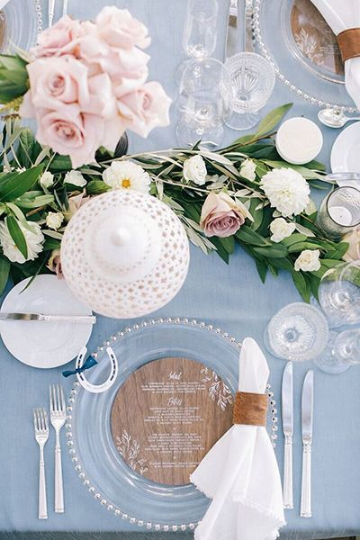 Wooden details and lush greenery lend a rustic feel to a Rose Quartz and Serenity palette.