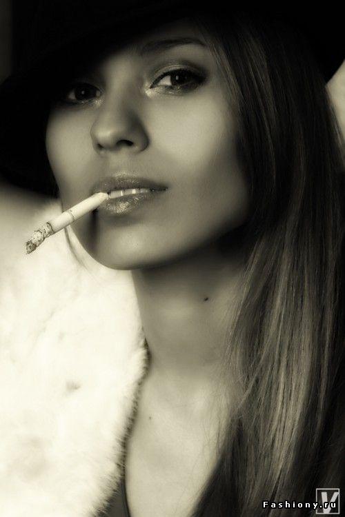 Девушки курят сигaру фото