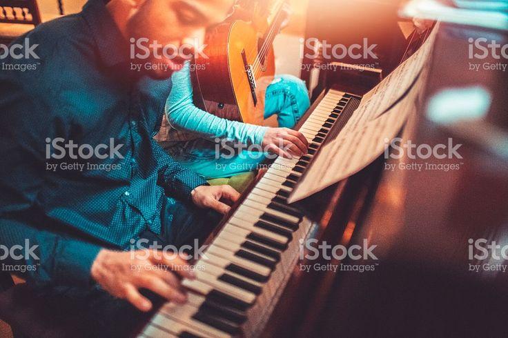Jovens adultos de piano tocando juntos foto royalty-free