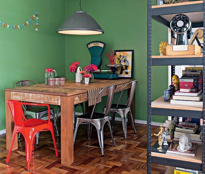 Para o primeiro apartamento, os moradores Vitoria Parasmo e Ivan Pires adquiriram elementos com estética industrial via internet, como a poltrona vermelha Model A, de Xavier Pauchard. Depois, compraram outras cadeiras do mesmo tipo, prateadas