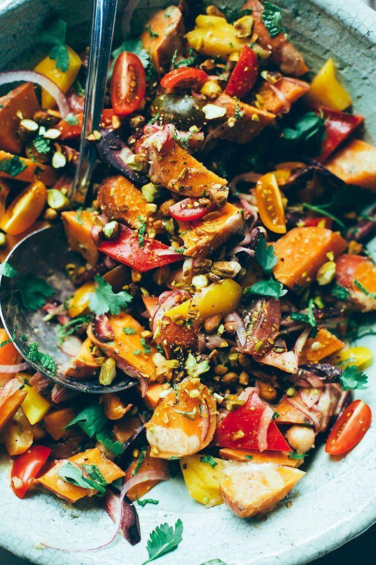 Sallad med sötpotatis, kikärtor, mynta och pistagenötter.