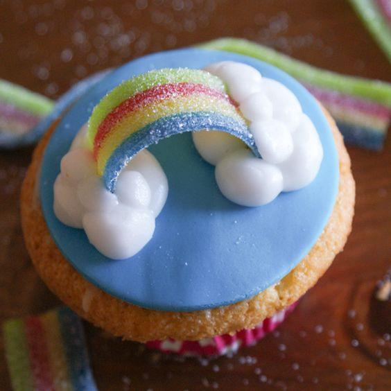 Dit zijn cupcakes waar ik ontzettend vrolijk van word. Zoveel kleur! Ze doen me aan de zomer denken. Blauwe luchten, witte schapenwolkjes… Het woord 'regen' in regenboog vergeet ik liever even....