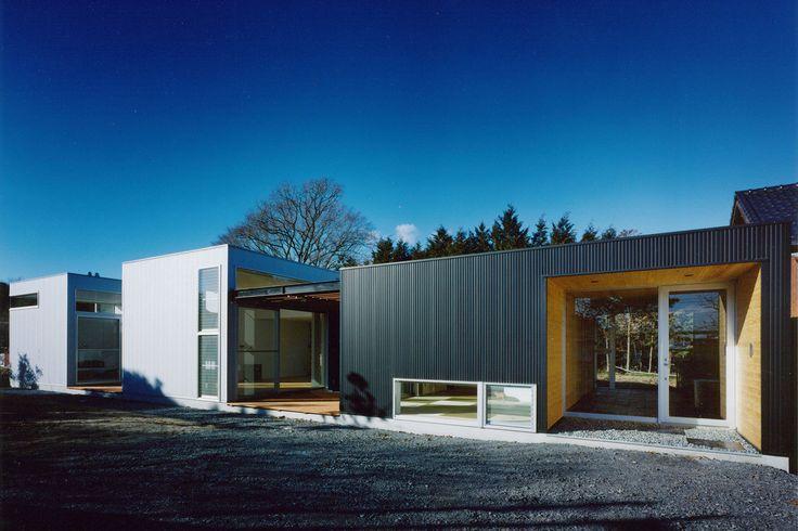 山あいに建てられたモダンな家には周辺の自然が感じられる空間が生み出されています。