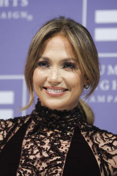 Jennifer Lopez Loose Ponytail - Jennifer Lopez looked breathtaking at the HRC National Dinner with her romantic loose ponytail.