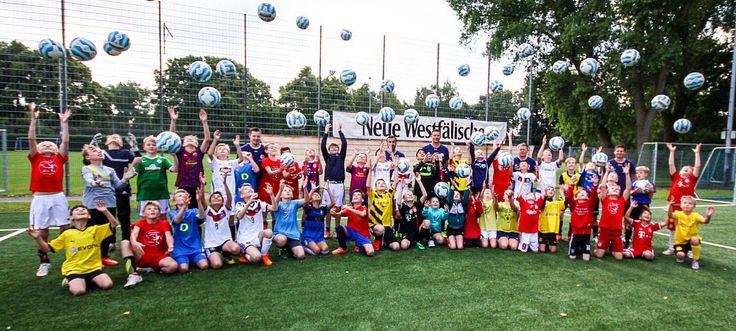 Sie lassen die Bälle fliegen: Die Jungen und Mädchen, die an der Fußball-Ferienfreizeit am Herforder Stadion teilnehmen, haben sichtbar viel Spaß dabei. - © Jennifer Damkröger