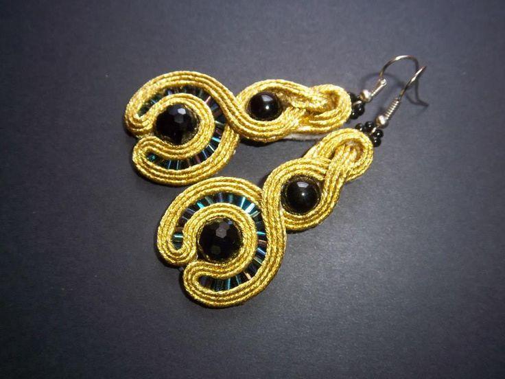 """Kolczyki""""Goldie"""" Wykonane zostały w technice soutache. Sutasz metalizowany w złotym kolorze,szkło."""
