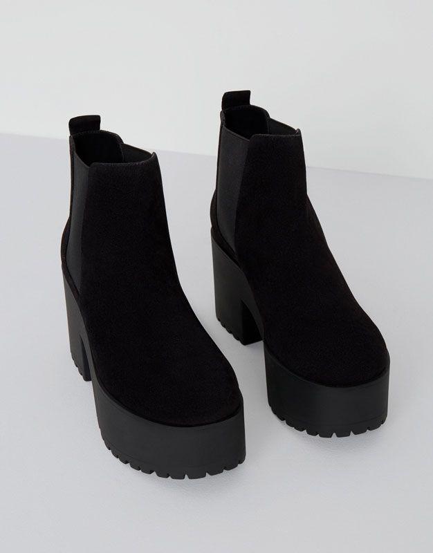 Un look más alternativo con las botas de mujer para SS 2017 de PULL&BEAR. Botas y botines de plataforma, tacón ancho, chelsea o con hebillas. #flechazo