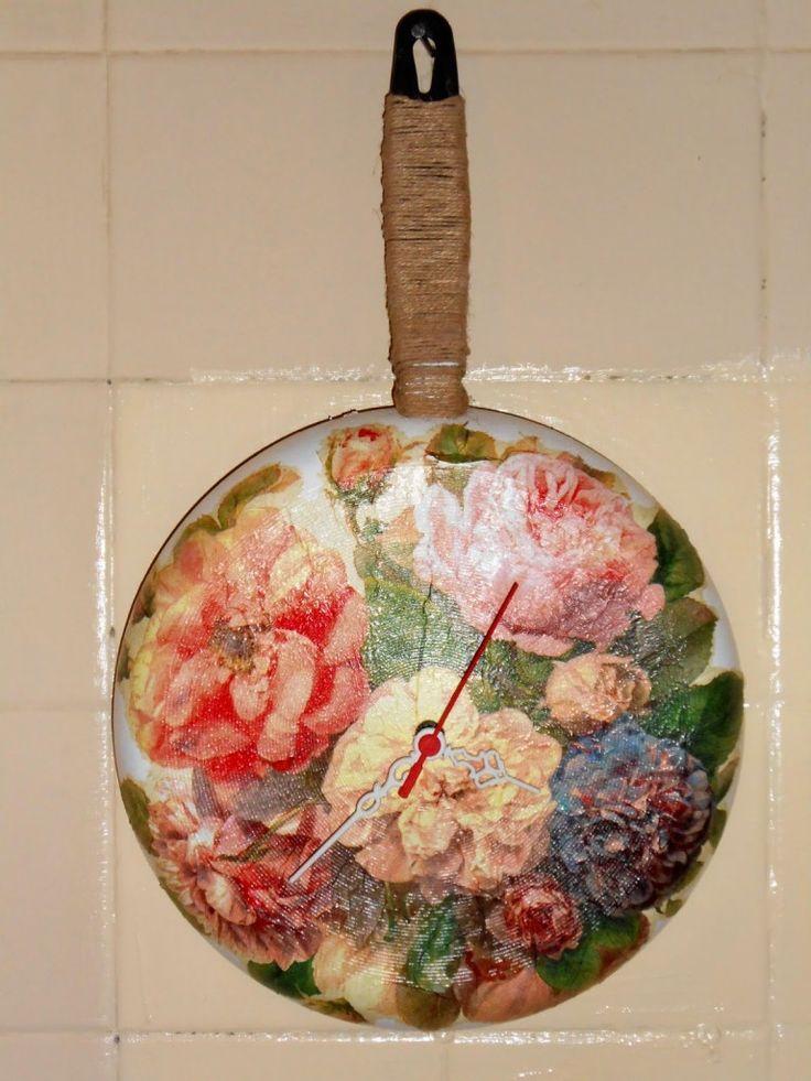 eski bir tavaya peçete dekupaj yapılmış, sprey vernikle verniklenmiş ve bakın nasıl da dekoratif bir duvar saati haline sokulmuş. en yaratıcı kendin yap geri dönüşüm fikirleri 10marifet.org'da