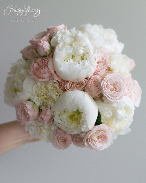 Tender classic white-pink wedding bouquet with garden roses and peonies. Very elegant and classy. Классический букет невесты в нежных тонах с пионовидными розами и пионами.