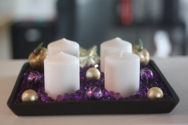 Jul med vandperler. Til denne adventskrans er der brugt små lilla vandperler. normalt er de lilla vandperler meget mere skinnende og lyse i det, men når de ligger i det mørke fad, så bliver farven dejlig dyb og varm. Spædet op med lidt stjerner, julekugler og guldæbler, så er den bare utrolig flot!