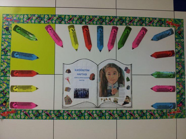 İlköğretim Haftası Panomuz: Kartondan rengarenk kalemler üzerine sınıftaki tüm öğrencilerin ismini yazdık. Hazırlanan büyük kitap sayfasına ilköğretim haftası ile ilgili şiir ve resimler yapıştırdık.