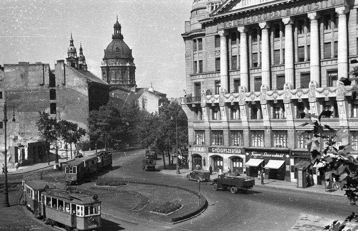 Deák Ferenc tér, szemben a Bajcsy Zsilinszky út, háttérben a Szent István-bazilika.