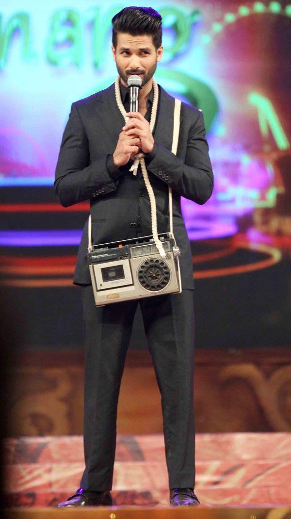 Shahid Kapoor with the 'pk' radio at the Umang Mumbai Police Show 2015. #Bollywood #Fashion #Style #Handsome