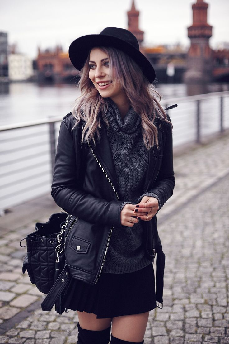 How to wear overknees: I prefer overknees with a pleated skirt and a cozy gray sweater. The oversized leather jacket makes the look cool and adds some grunge. This street style was shot in Berlin.