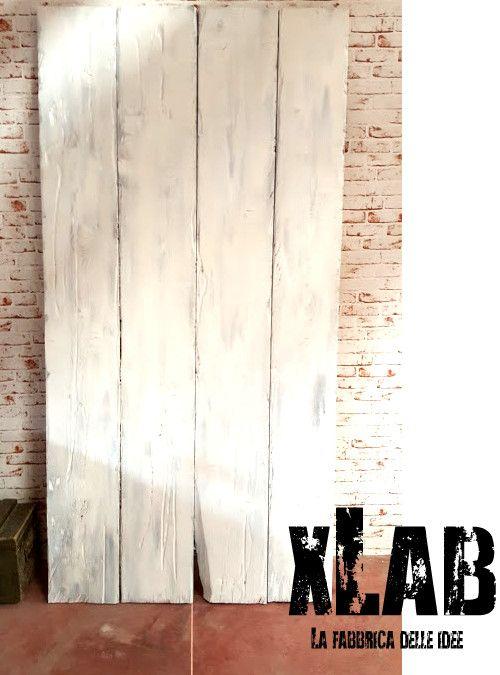 Barn Doors porta scorrevole vintage in legno massello, realizziamo porte scorrevoli su misura. Ogni porta viene costruita e personalizzata per il cliente. Le barn doors sono vecchie porte dei fienili, adesso rivisitate in chiave moderna per essere adattate con qualsiasi stile.  In questa offerta proponiamo il modello White Ice in legno massello di larice, tavole massicce con decorazione effetto
