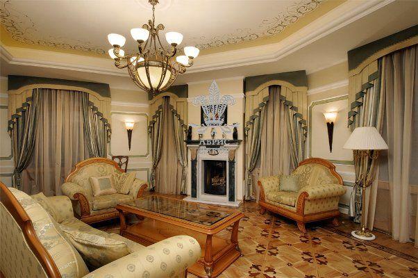 Фото: плотные занавески с ламбрекеном в  интерьере просторного зала