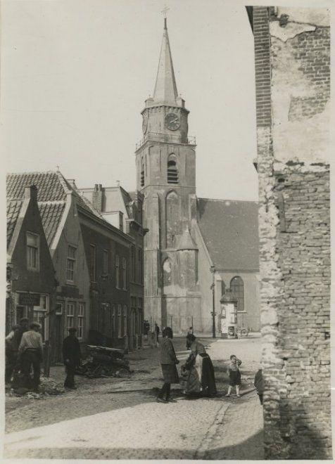 Jacob Pronkstraat gezien naar de Keizerstraat; links op nr. 13 een brood-, beschuit- en banketbakker; op de achtergrond de Oude Kerk. ca 1930 #ZuidHolland #Scheveningen