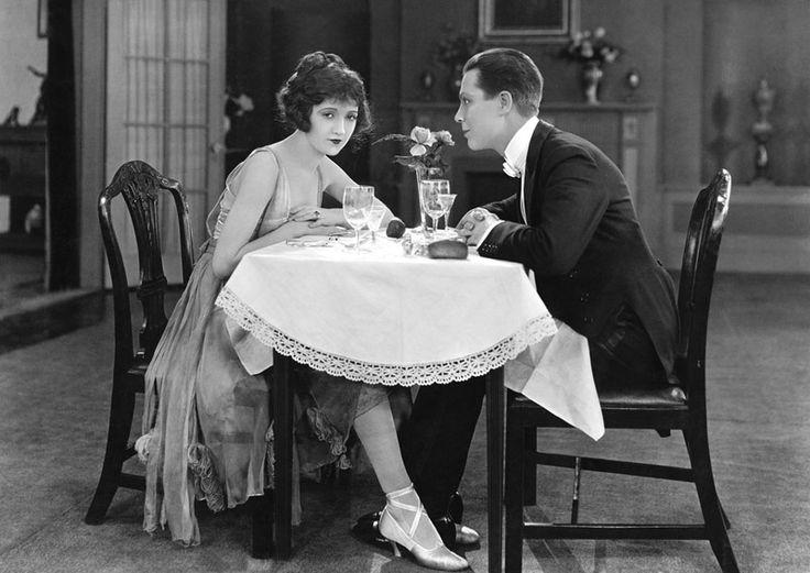 Ja, es ist Valentinstag. Ja, den ignorieren wir. Denn heute geht es um neue Cocktailkarten, eine Wiedereröffnung und Quinoa im Schnaps.  Wer so ganz fern vom nächsten Bar Convent Berlin dennoch etwas Station-Luft schnuppern möchte, möge sich die Tage vom 26. bis zum 28. Februar 2016 rot im Kalend