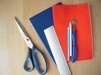 画像左より、布切りばさみ、定規、チャコペン、ルレット、下に敷いている赤と青のペーパーはチャコペーパー。チャコペンシルにはいろんな種類があるので、お好みに応じて選んでくださいね