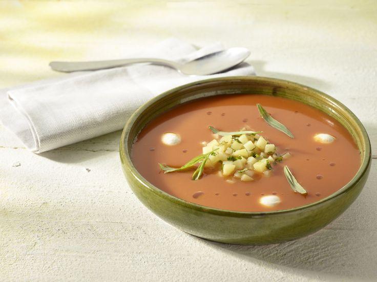 Koude soep van gebrande paprika en tomaat met een tartaar van aardappel