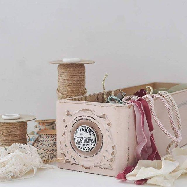 Cajoncito rosa que no puede dejar de jugar al #colorsoloparami   .  Me gusta tanto como quedó con ese rosa pálido que hice un esfuerzo enorme para publicarlo en la #tiendaVP online  mejor no lo pienso dos veces!   .  #tiendaVP #inspiracion #inspiringlittlethings #cosalindas #beautifulthings #detallesqueinspiran #decoraryorganizar #cajoncitoVP #cajonesVP #rosa #pink #lovepink #craft #objetosVP #deco #reutilizar #reciclar #recuperar #lovevintage