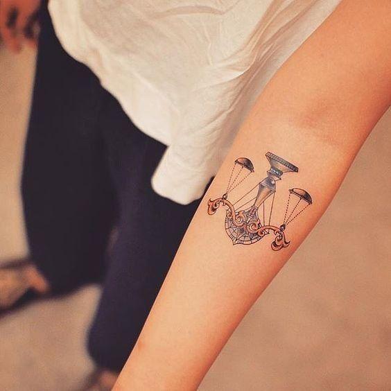 Un tatouage du signe de la balance