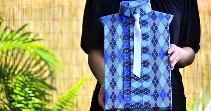Kreatívne spôsoby, ako zabaliť knihu alebo obraz určite potešia každého muža! Balenie darčekov pre muža v tvare košele s kravatou. DIY nápad s návodom