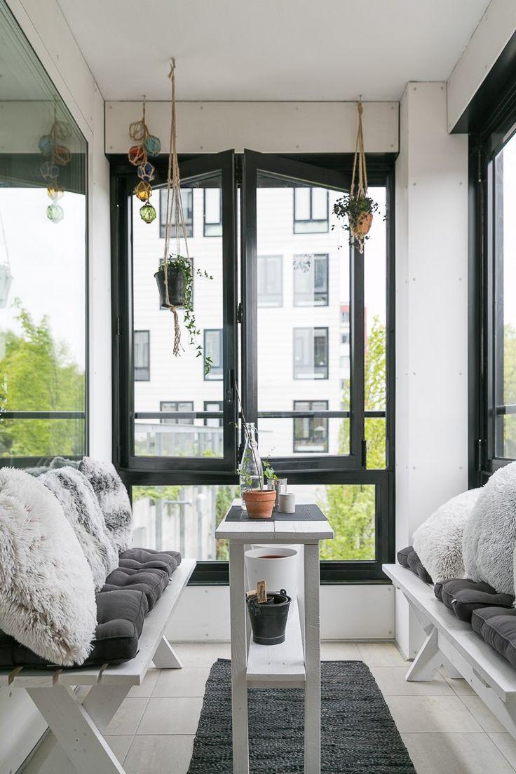 Varmt välkomna till denna välplanerade bostad som utöver det tilltalande läget erbjuder väldisponerade rum och ytor med anslutning till inglasad balkong. Med bra kommunikationsmöjligheter och närhet till stadskärnan bor du i ett grönt och lummigt område med alla tänkbara möjligheter. Utöver detta erbjuder även bostaden modernt kök och badrum samt genomg&#2...