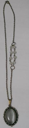 """Collar camafeo con cabuchón """"ojo de gato"""", de cristal y en blanco. Tiene varios abalorios en un lateral como detalle u adorno. La cadena mide aprox. 55 cm - See more at: http://lookestilo.com/portfolios/artesania-mr/productos/collar-camafeo-ojo-de-gato#sthash.MRhoc6YY.dpuf  Productos de Artesanía MR"""