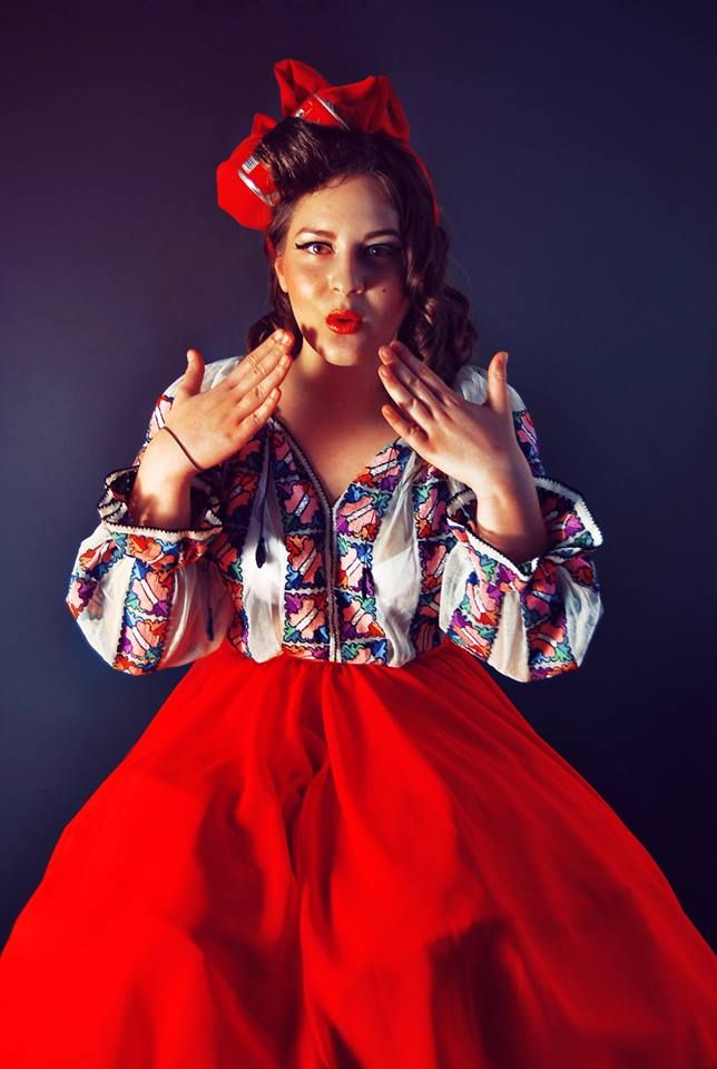 The traditional blouse works fantastically on a Pin-up Girl! Model: Chivu Franziska Foto: Ciprian Ciulei