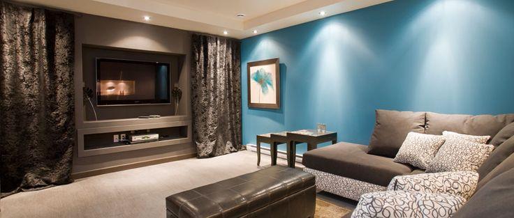 Sous-sol moderne avec cinéma maison