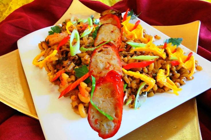 Macaroni Fa Chong (macaroni met Surinaams-Chinese worst), pas gemaakt was erg lekker. Ilvy bleef de Char Sui kippenworst maar eten ;)