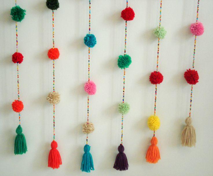 Cortina crochet Mil pompones multicolor.  En https://ofeliafeliz.com.ar/espacio/palomitasdemaiz