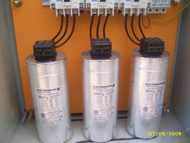 * Corregir el Factor Potencia. * Reducción en las pérdidas de las líneas. * Proveer soporte de voltaje. * Mejorar la capacidad de transferencia de potencia del sistema. * Liberar capacidad en Kvar del sistema para suplir otras cargas. * Disminuir costos innecesarios en multas, por no respeto a los niveles de kvar impuestos, lo que se traduce en un ahorro en la cuenta energética. * Al instalar un equipo banco condensador se protege la maquinarias y artefactos eléctricos de alzas o bajas de…
