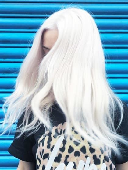 Für knappe vier Euro kriegt man hier zwei kleine Päckchen, bestehend aus Rebuilder und Booster. Vermischt mit einer Coloration oder Blondierung zum Haarefärben oder als normale Pflegekur ohne Farbe, sollen diese zwei Pflegestufen geschädigtem Haar neue Kraft und Glanz verleihen.