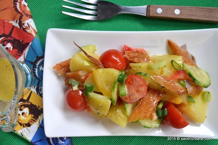 Salata de cartofi cu peste afumat, de post. Cu ceapa, rosii, castraveti, ardei si cu dressing din mustar. E buna si cu peste din conserva, ton sau sardine.