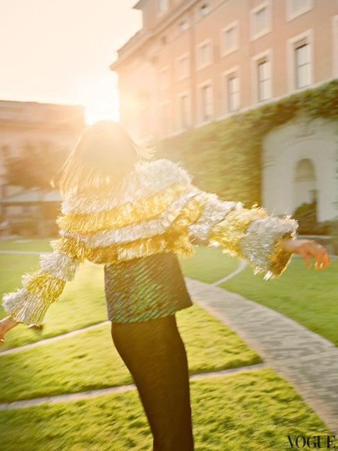 Жакет из хлопка и полиамида, Meadham Kirchhoff; шелковый топ, расшитый блестками, Roberto Cavalli; брюки из полиэстера, H.