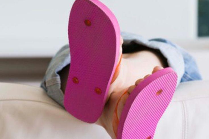 Pies agrietados y con comezón. Los pies agrietados y con picazón puede ser muy incómodos y penosos. Las causas comunes incluyen el pie de atleta y la piel seca y ciertas condiciones médicas. La  New Zealand Dermatological Society explica que, en la mayoría de los casos, la piel agrietada de los ...