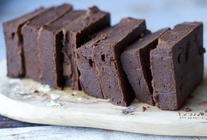 Zoete aardappel brownies klinkt misschien wat vreemd maar de combinatie van de zoete smaak van de aardappel met de rauwe cacao maakt deze zoete aardappel