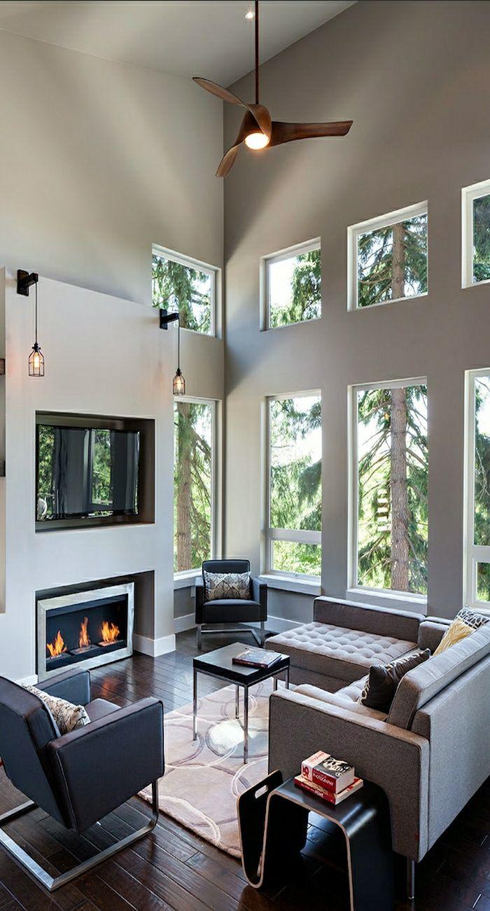ventilateur design en bois, chambre vaste avec un plafond haut, murs gris, grandes fenetres