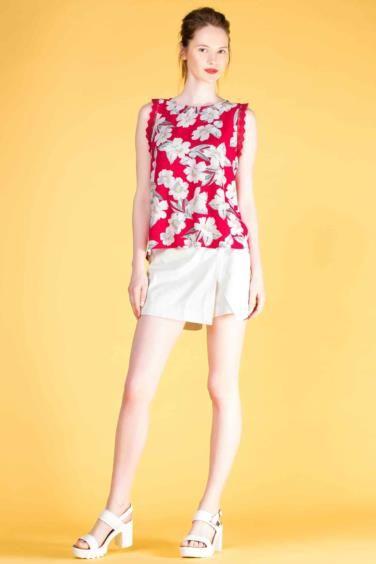 Mini boyu ile kendinden emin bir stil sunan, kolsuz gömlek ve renkli bluzlarla rahatlıkla kombinlenebilen