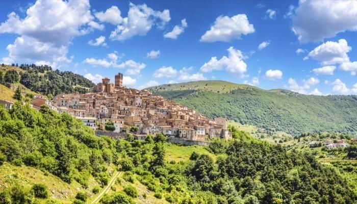 Genau in der Mitte von Italien erstreckt sich eine der schönsten Regionen des Landes: Die Abruzzen. Sie verzaubern jeden Besucher mit ihren mittelalterlichen Dörfern und der atemberaubenden Natur. G