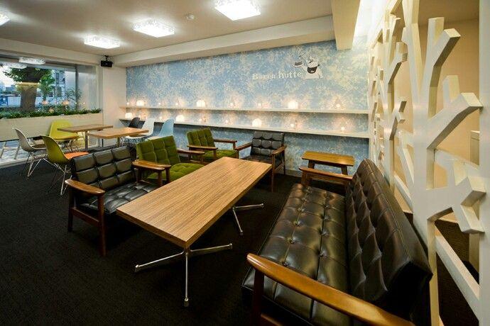 レトロ感のあるカフェ。壁面にある照明はオリジナル。木と熊の形をしてるんです。店舗デザイン;名古屋 スーパーボギー http://www.bogey.co.jp