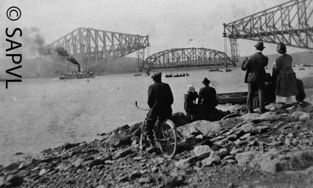 Levée de la travée du pont de Québec